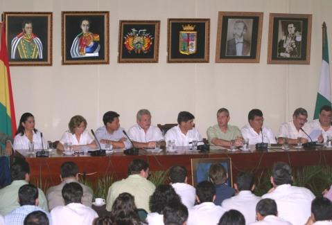 Santa Cruz de la Sierra (Bolivia) -  Governo do estado de Santa Cruz lê para a população o estatuto que define os termos da autonomia em relação ao governo central